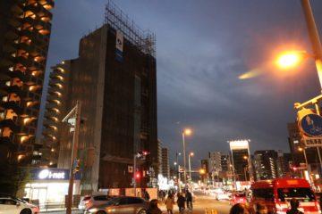様々なビルや店舗が立ち並び夜の時間帯も賑わう六本松です。