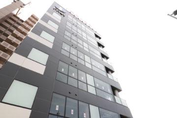 建物は各階大きなガラス張りで、シックな黒の外壁が印象的です。